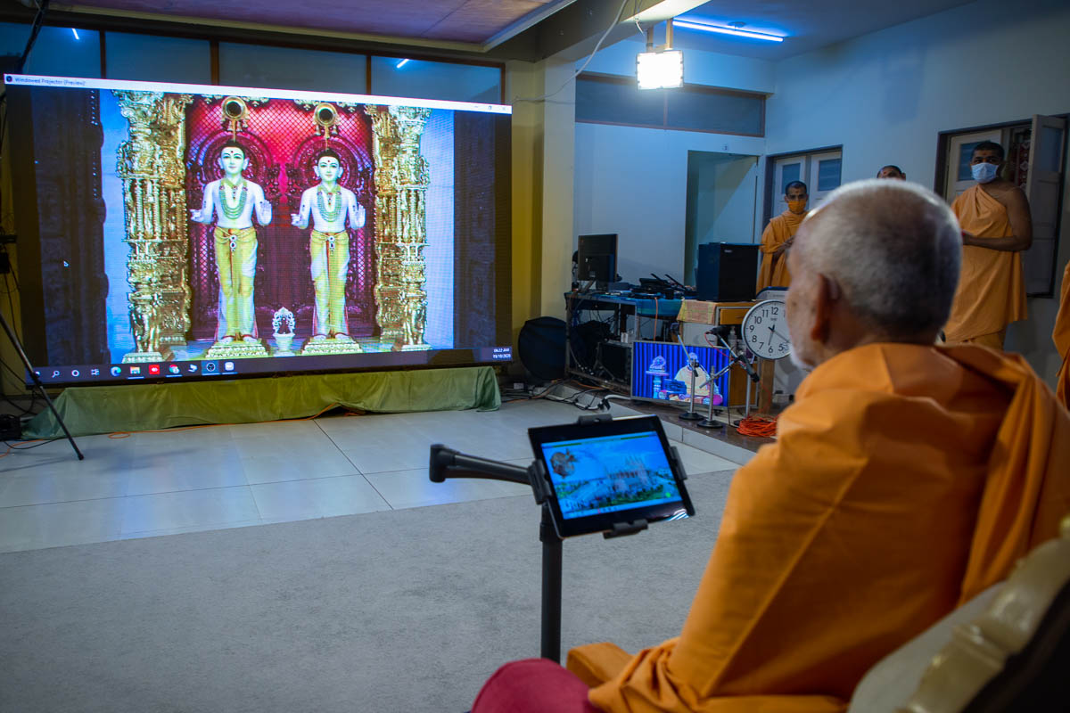 Swamishri remotely performs abhishek of the Nagpur mandir murtis