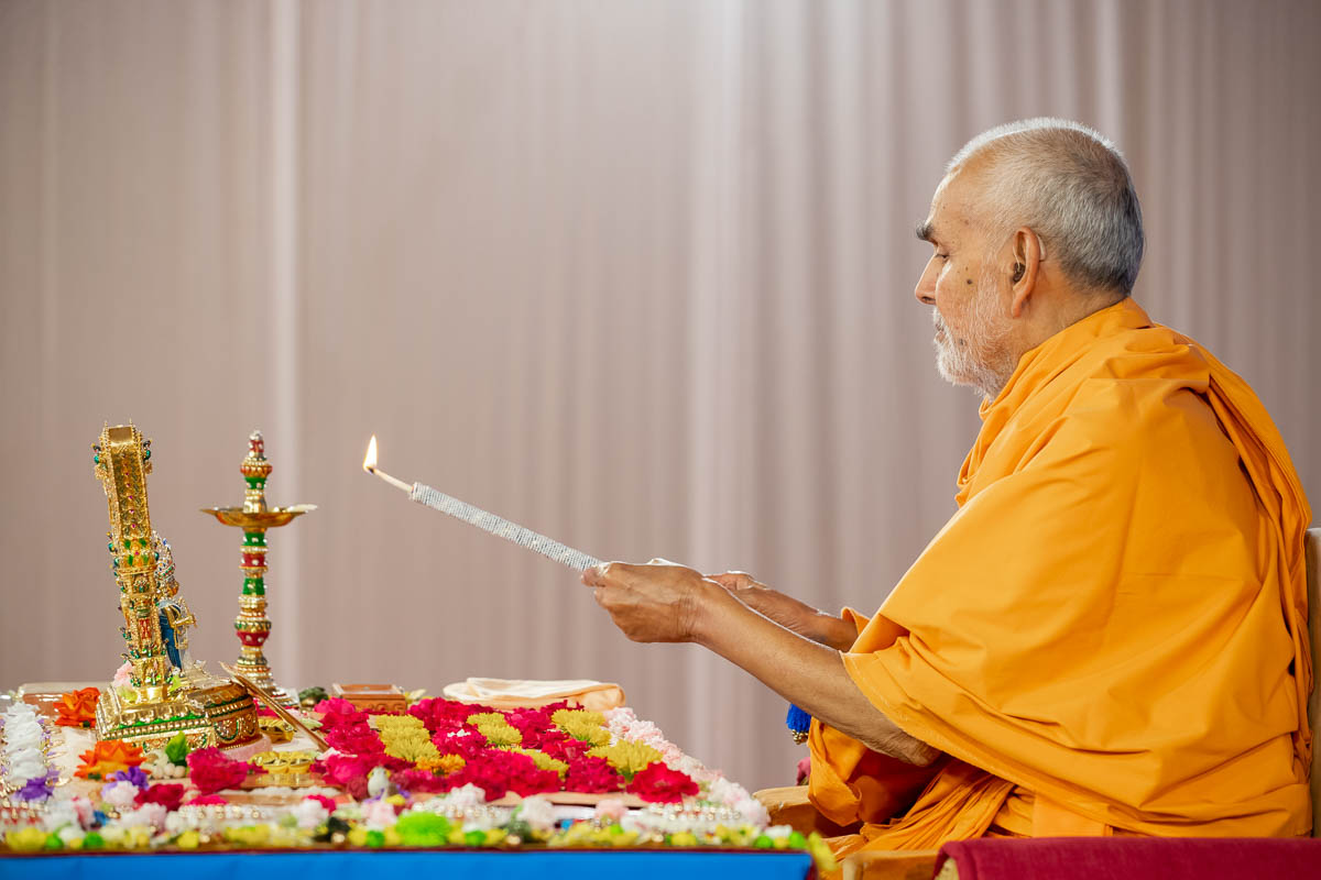 Swamishri performs deep pragatya to begin the Amalak Pujan Vidhi