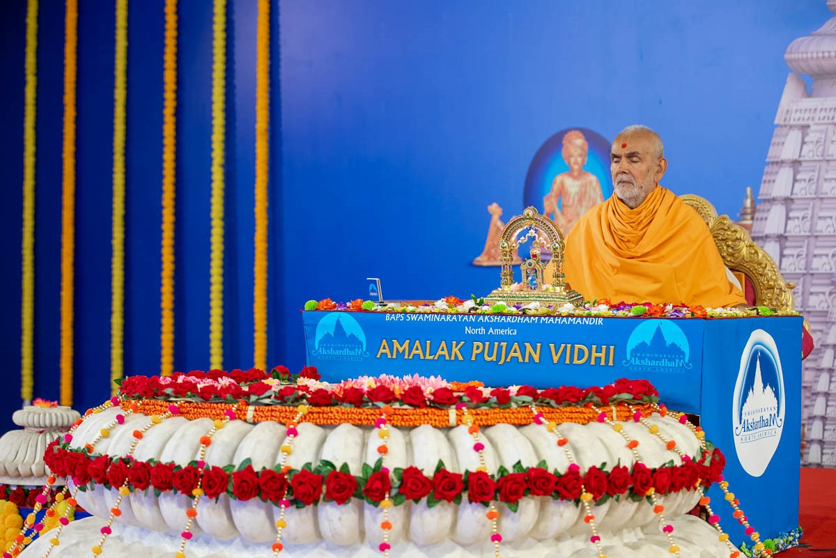 While sadhus perform the initial rituals of the Amalak Pujan mahapuja, Swamishri performs his daily puja
