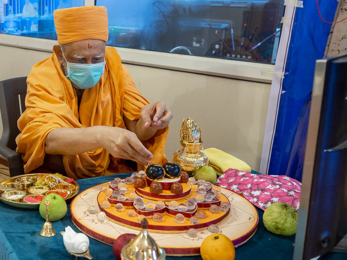 Atmaswarup Swami performs the mahapuja rituals