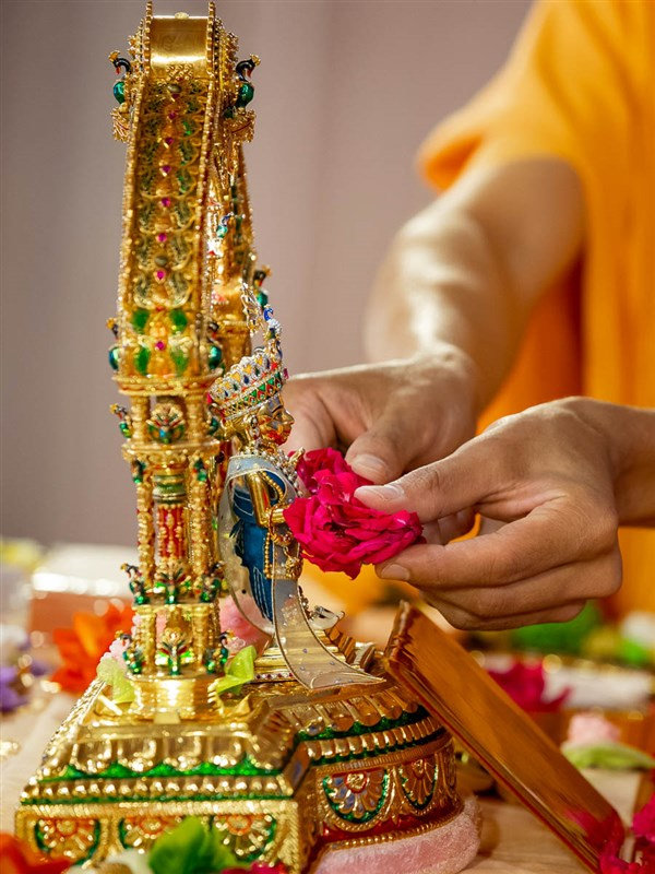 Flowers are offered to Shri Harikrishna Maharaj