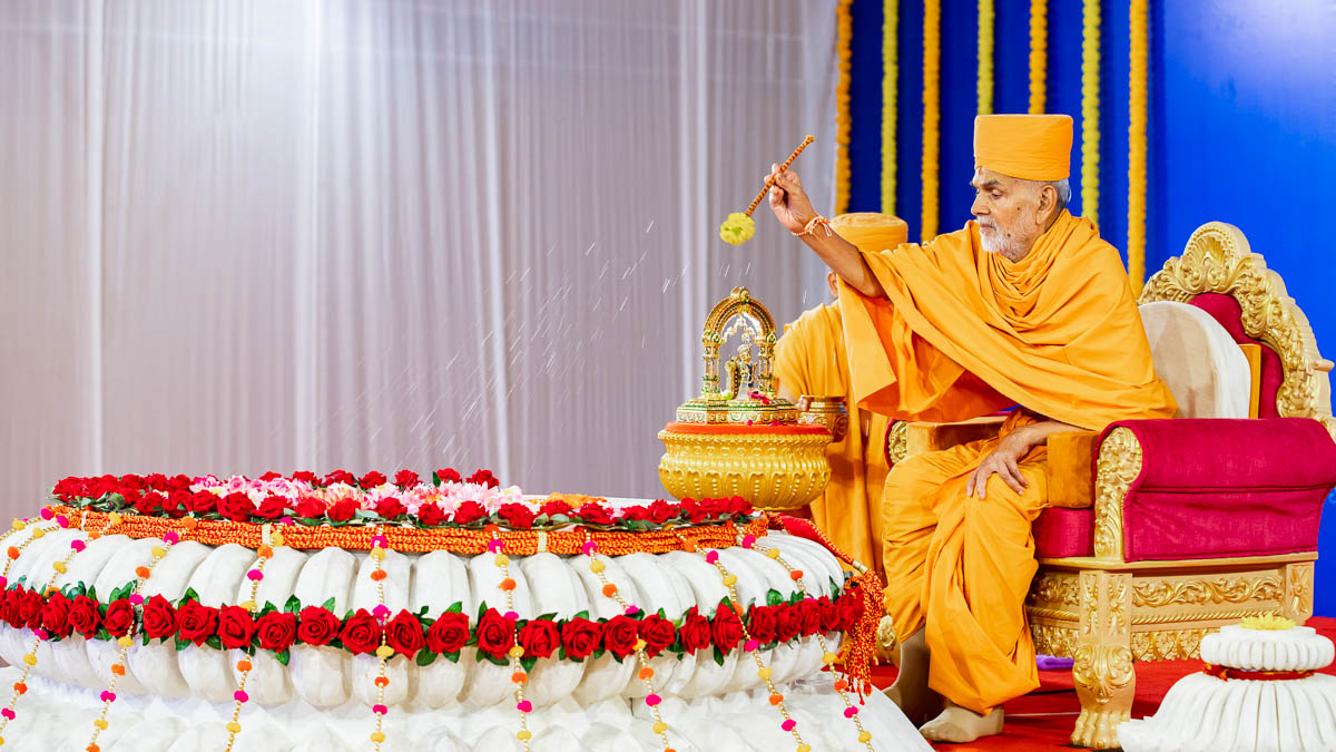 Swamishri showers sanctified water on the amalsaro stone