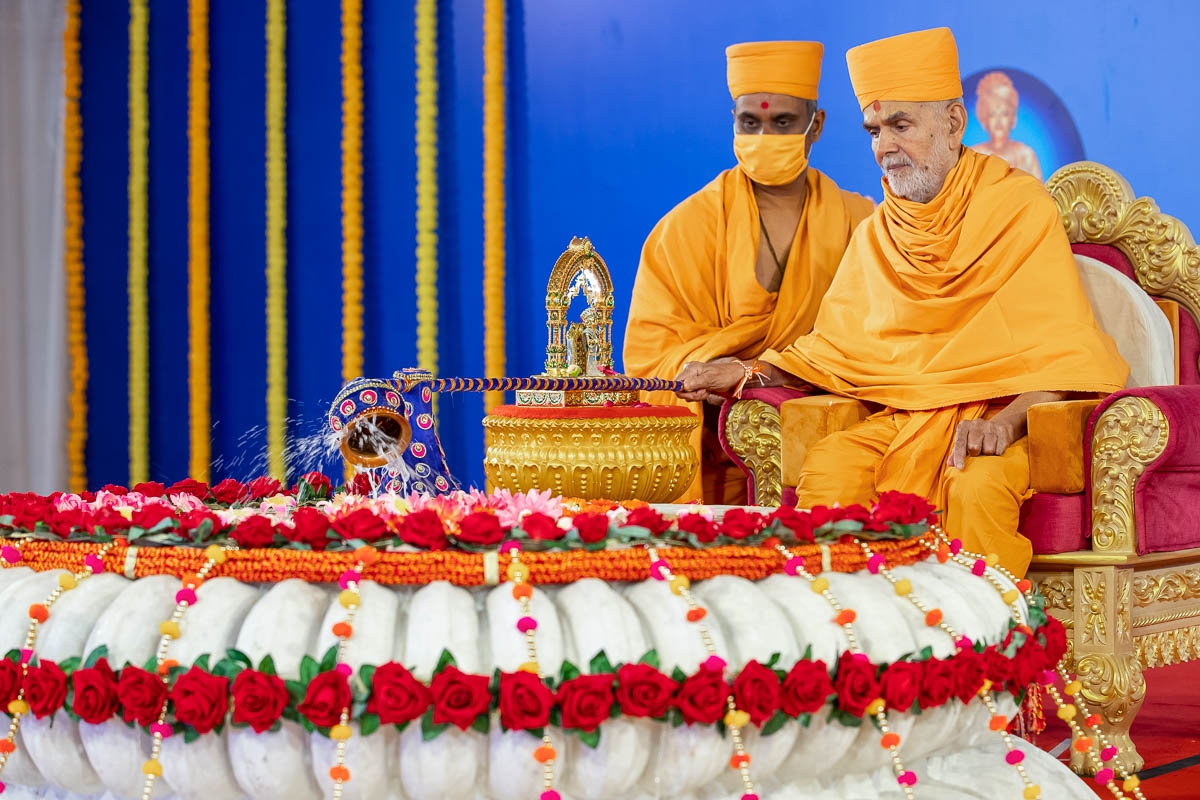 Swamishri showers panchamrut on the amalsaro