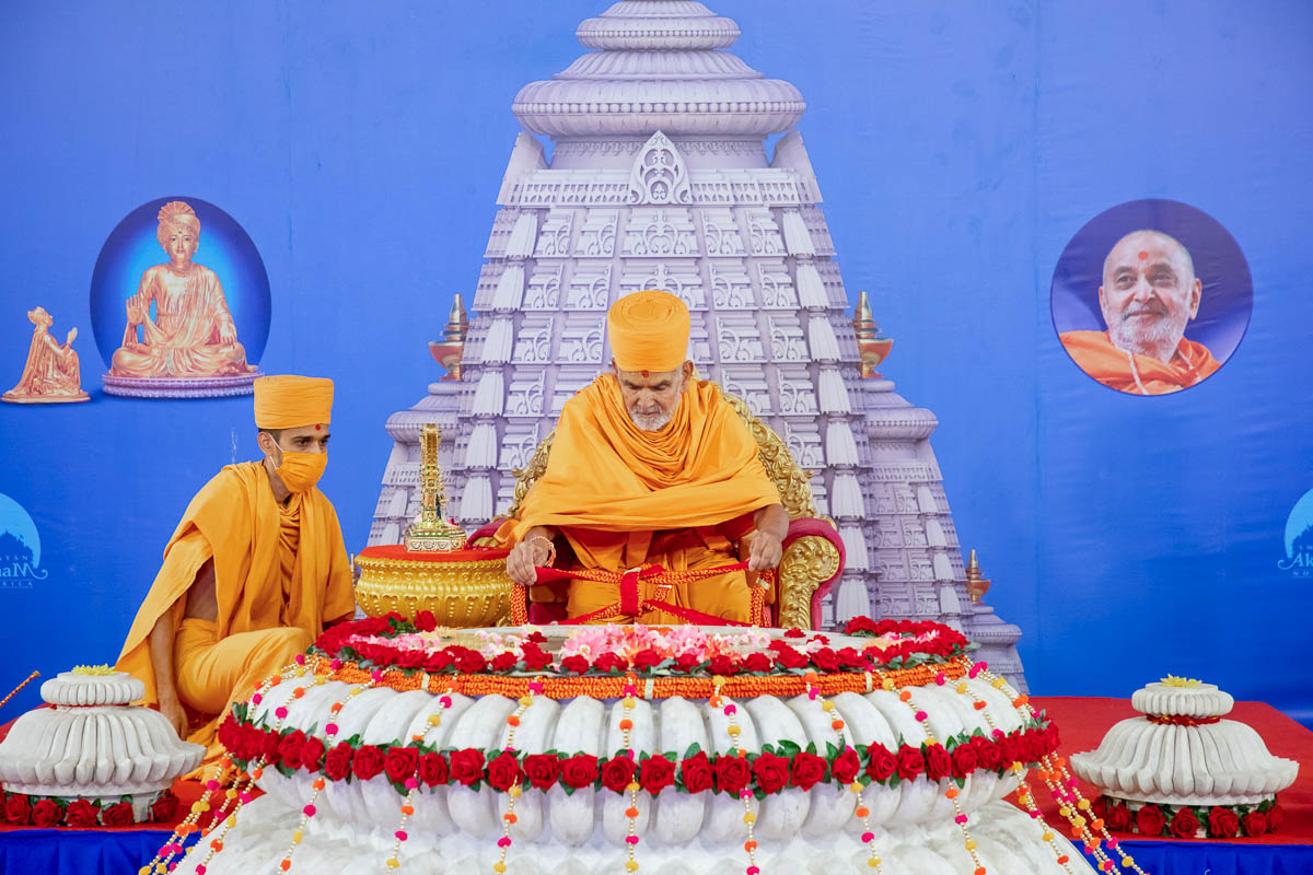 Swamishri ties a large decorative nadachhadi around the amalsaro