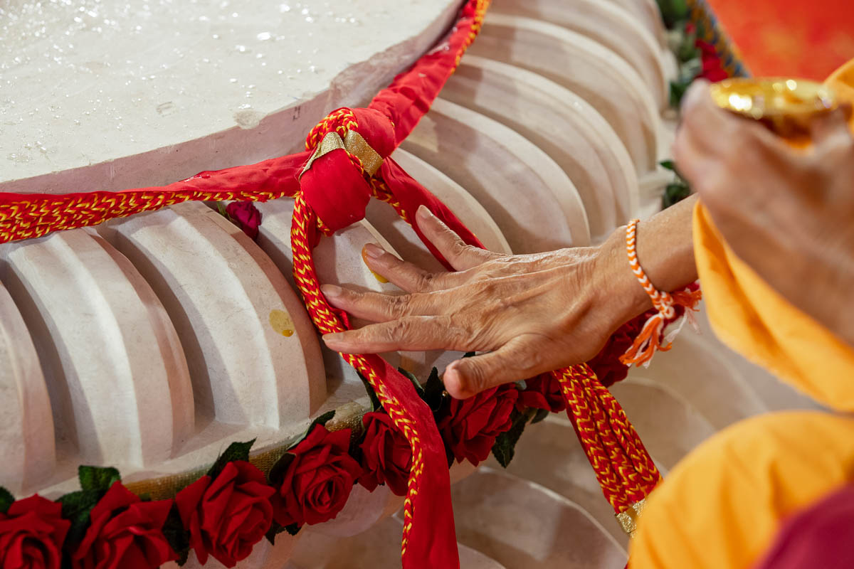 Swamishri performs pujan of the amalsaro