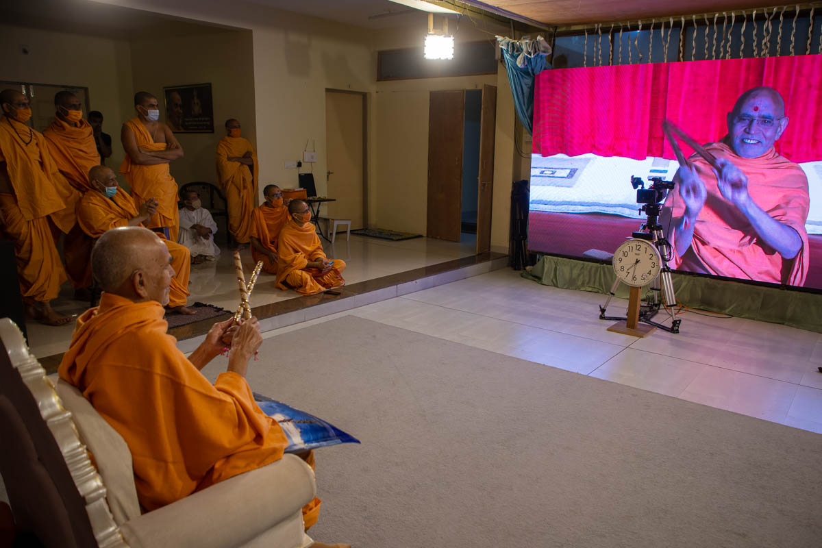 Swamishri plays ras with sadhus