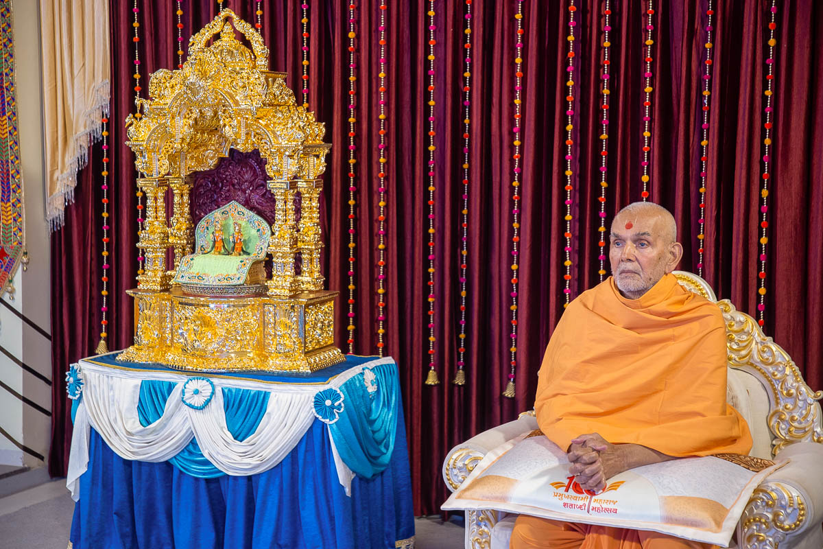 Swamishri during the evening Aksharbrahma Gunatit Satra lecture series