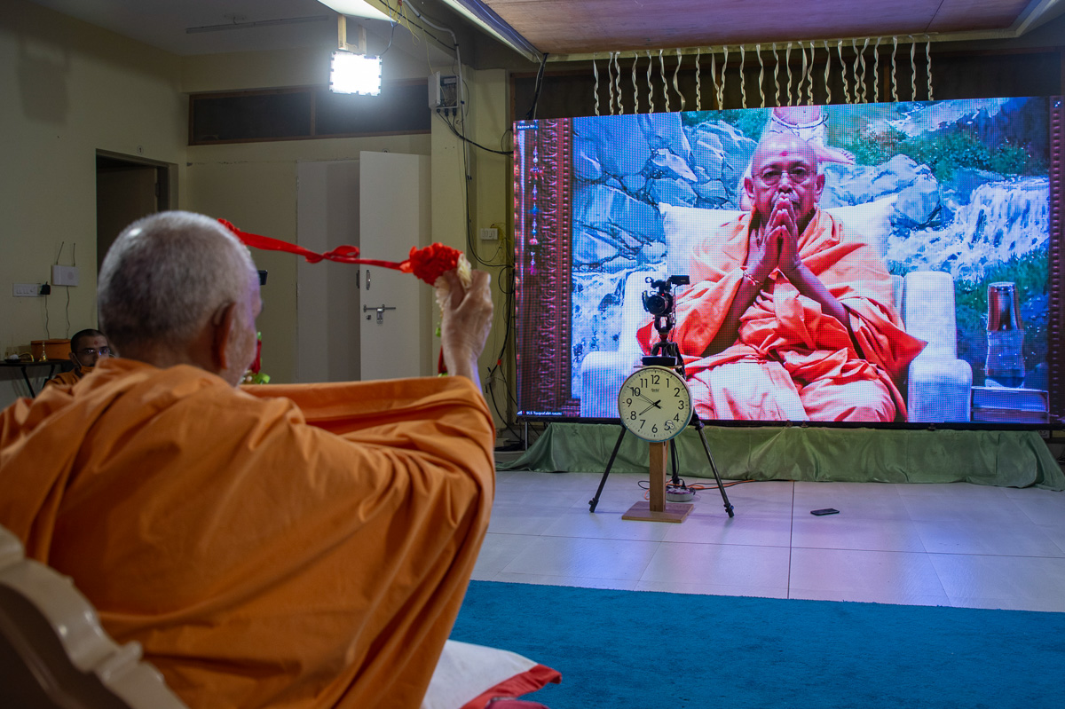 Swamishri honors Pujya Tyagvallabh Swami with a garland