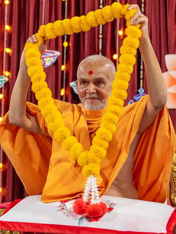 Swamishri honors Narayanmuni Swami with a garland
