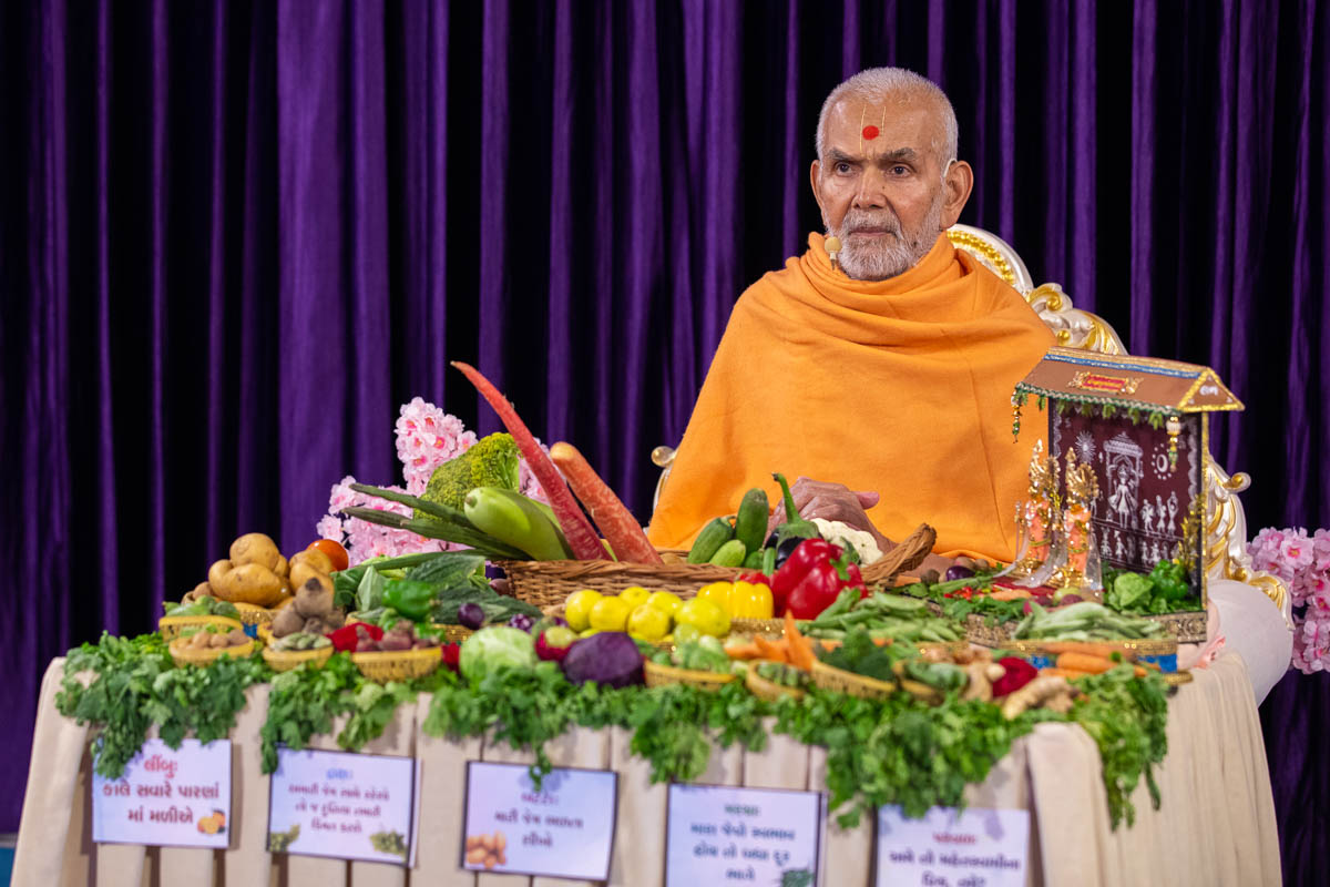 Swamishri during the Prabodhini Ekadashi assembly in which an annakut of fruits and vegetables (Haatadi) is offered to Thakorji