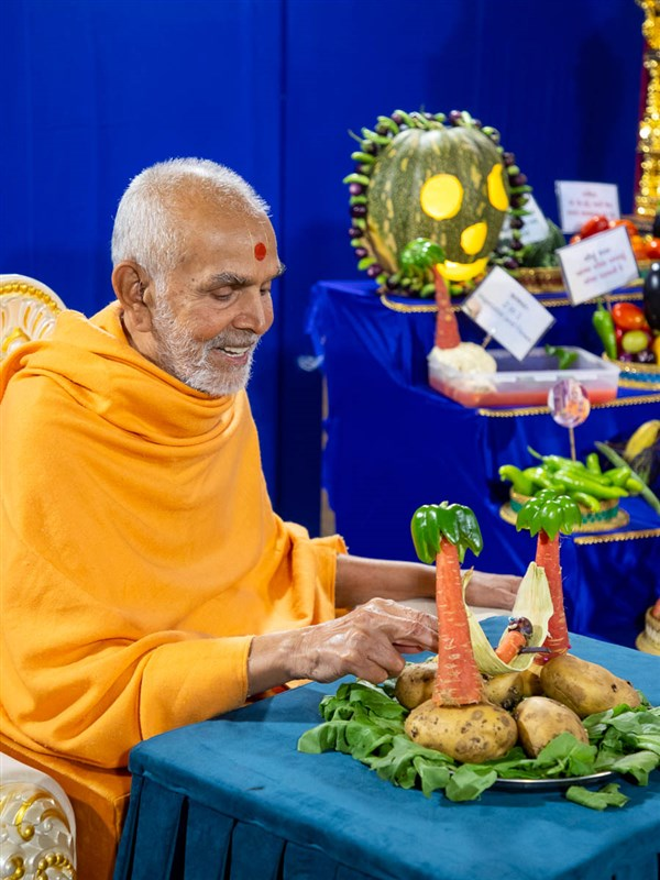 Swamishri observes the fruit and vegetable decorations