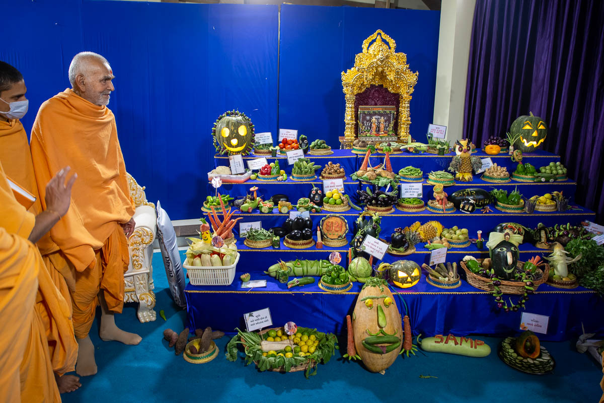 Swamishri observes the annakut of fruits and vegetables