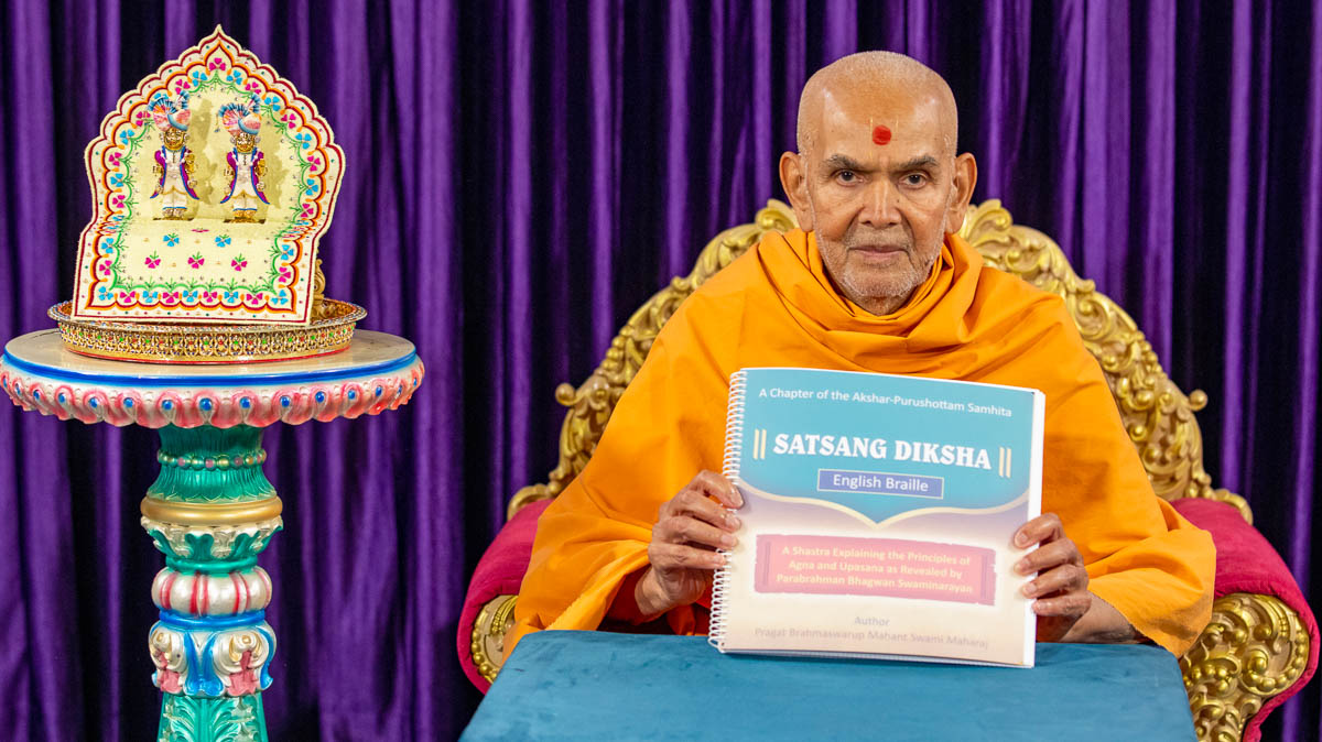 Swamishri inaugurates Satsang Diksha scripture transcribed into Braille (Canada version)