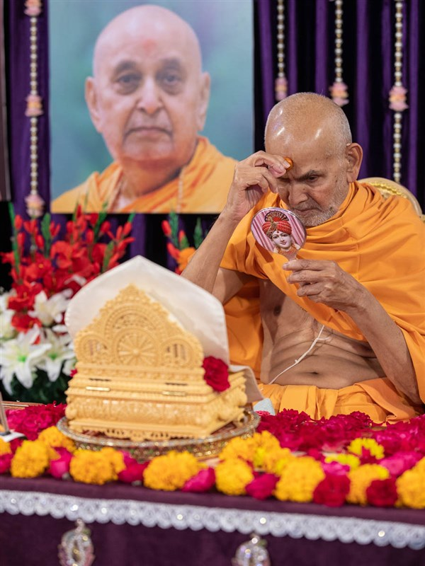 Swamishri applies a chandlo
