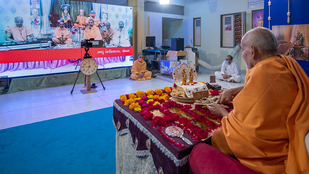 Sadhus sing kirtans via video conference from Godhra Mandir