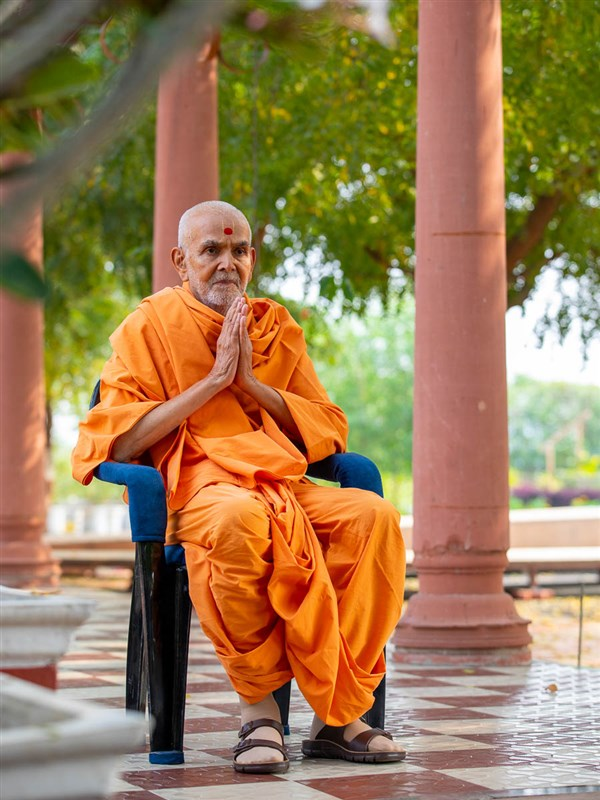 Swamishri greets all with folded hands in the afternoon