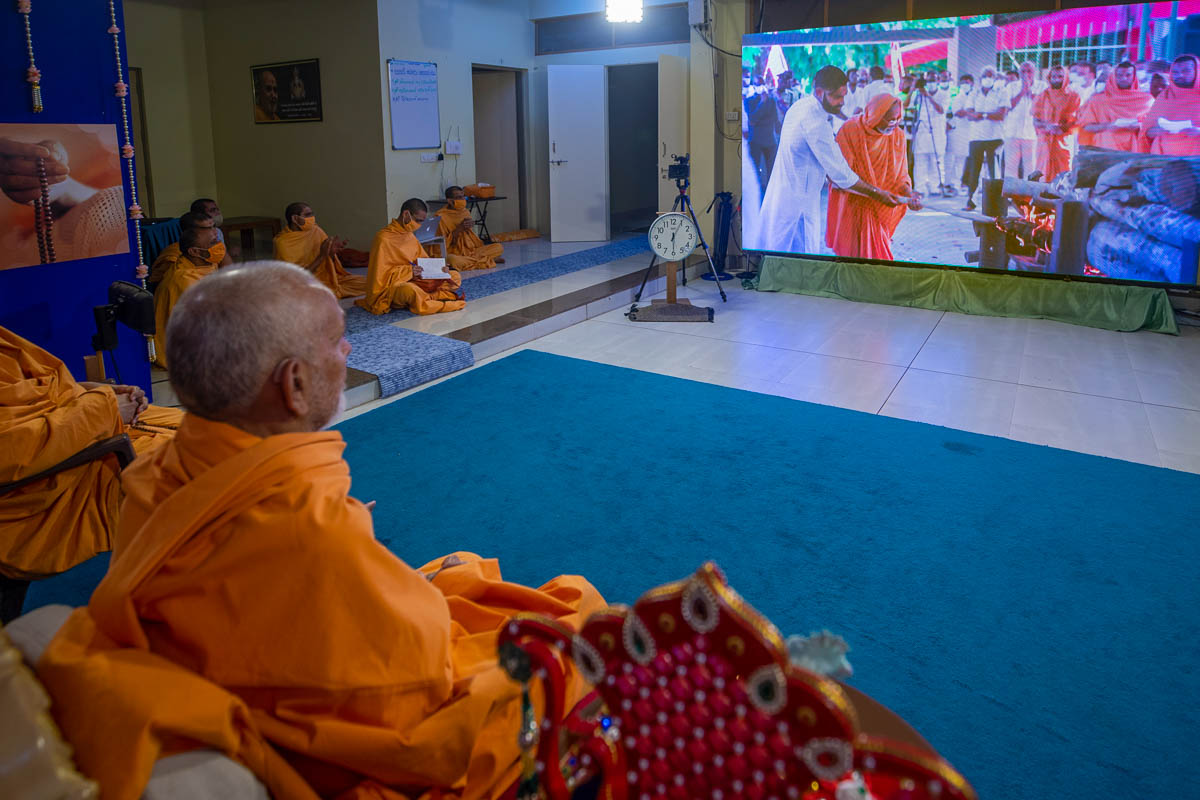 Swamishri watches Shri Subhashbhai Patel's final rites being performed in Dar-es-Salaam, Tanzania