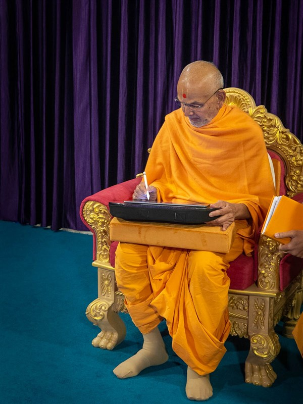 Swamishri writes a message for Dhanurmas