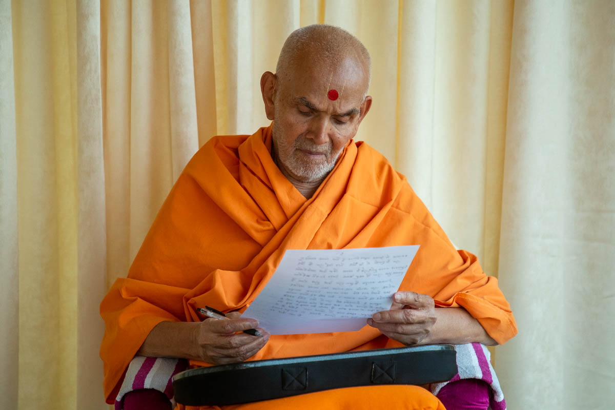Swamishri reads a letter