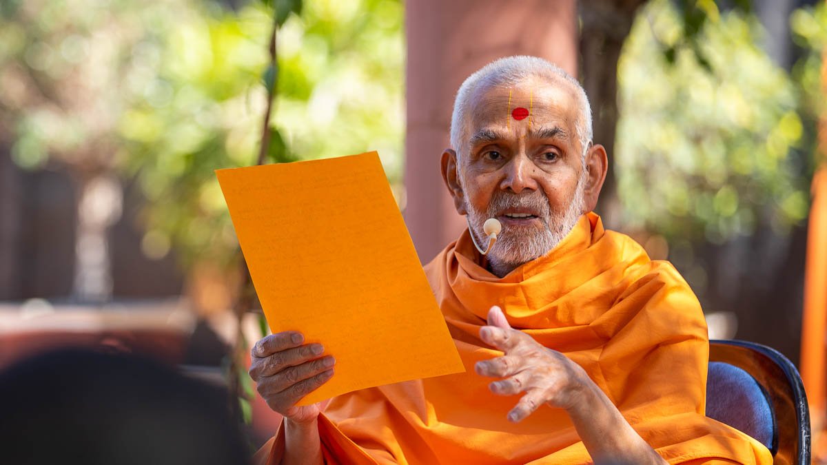 Swamishri blesses during the afternoon assembly