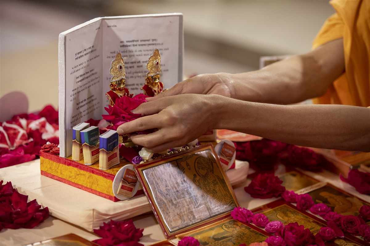 Flowers are offered to Shri Harikrishna Maharaj and Shri Gunatitanand Swami