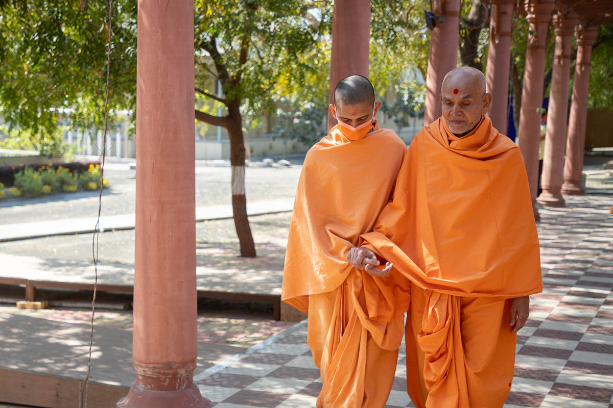 Swamishri during his walk