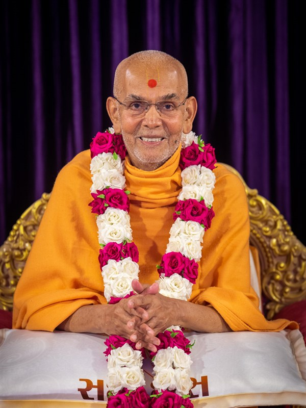 Swamishri honored with a garland to commemorate his parshad diksha anniversary