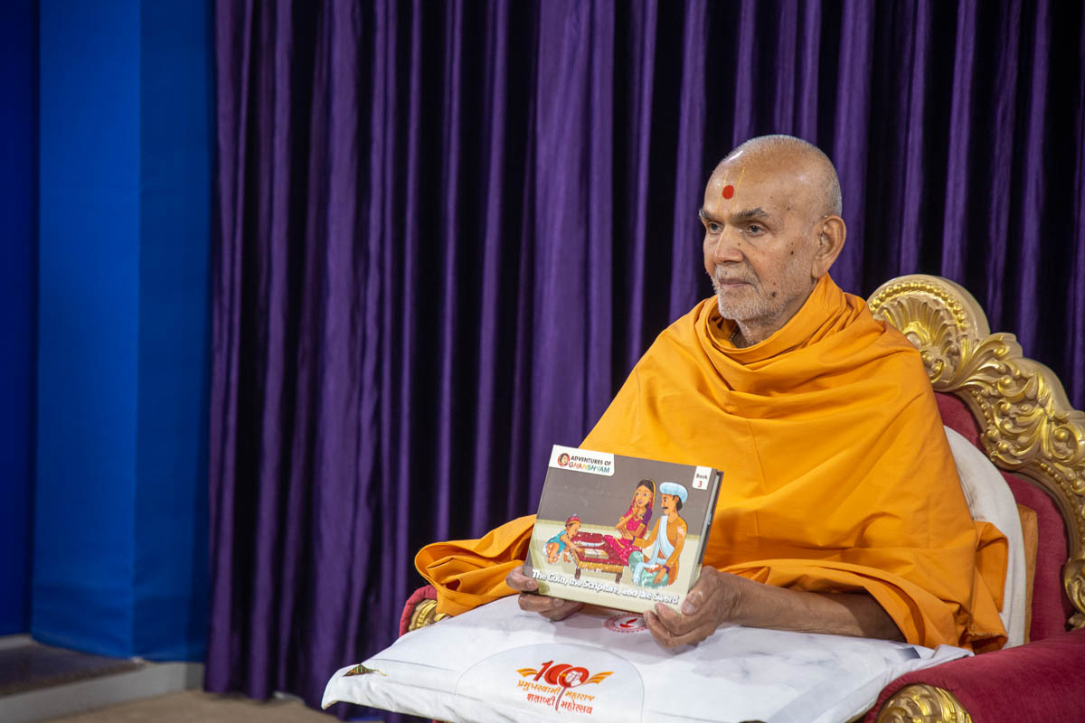 Swamishri inaugurates a new English print publication 'Adventures of Ghanshyam, Part 3'