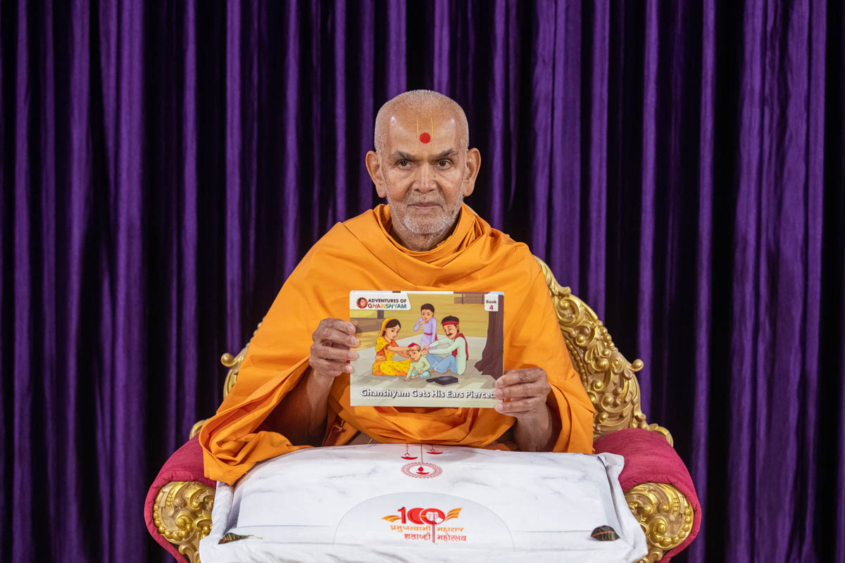 Swamishri inaugurates a new English print publication 'Adventures of Ghanshyam, Part 4'