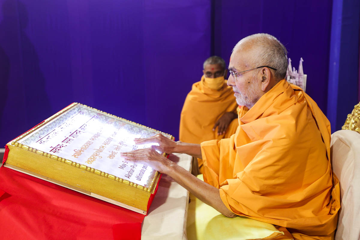 Swamishri sanctifies a Satsang Diksha panel to be placed on the outer wall of the Gajendra Pith of Navsari Mandir