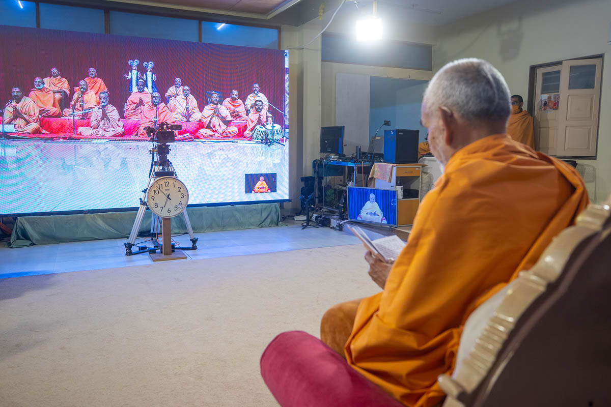 Sadhus sing kirtans via video conference from Bhavnagar Mandir
