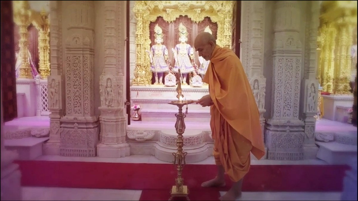 A video of Mahant Swami Maharaj performing the traditional deep pragatya inaugurated the conference auspiciously