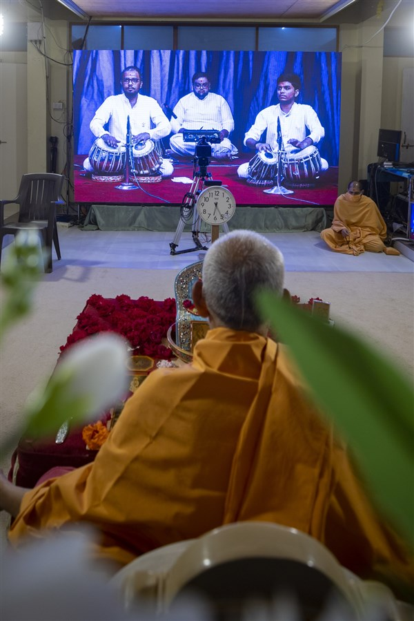 Youths sing kirtans via video conference from Surat Mandir
