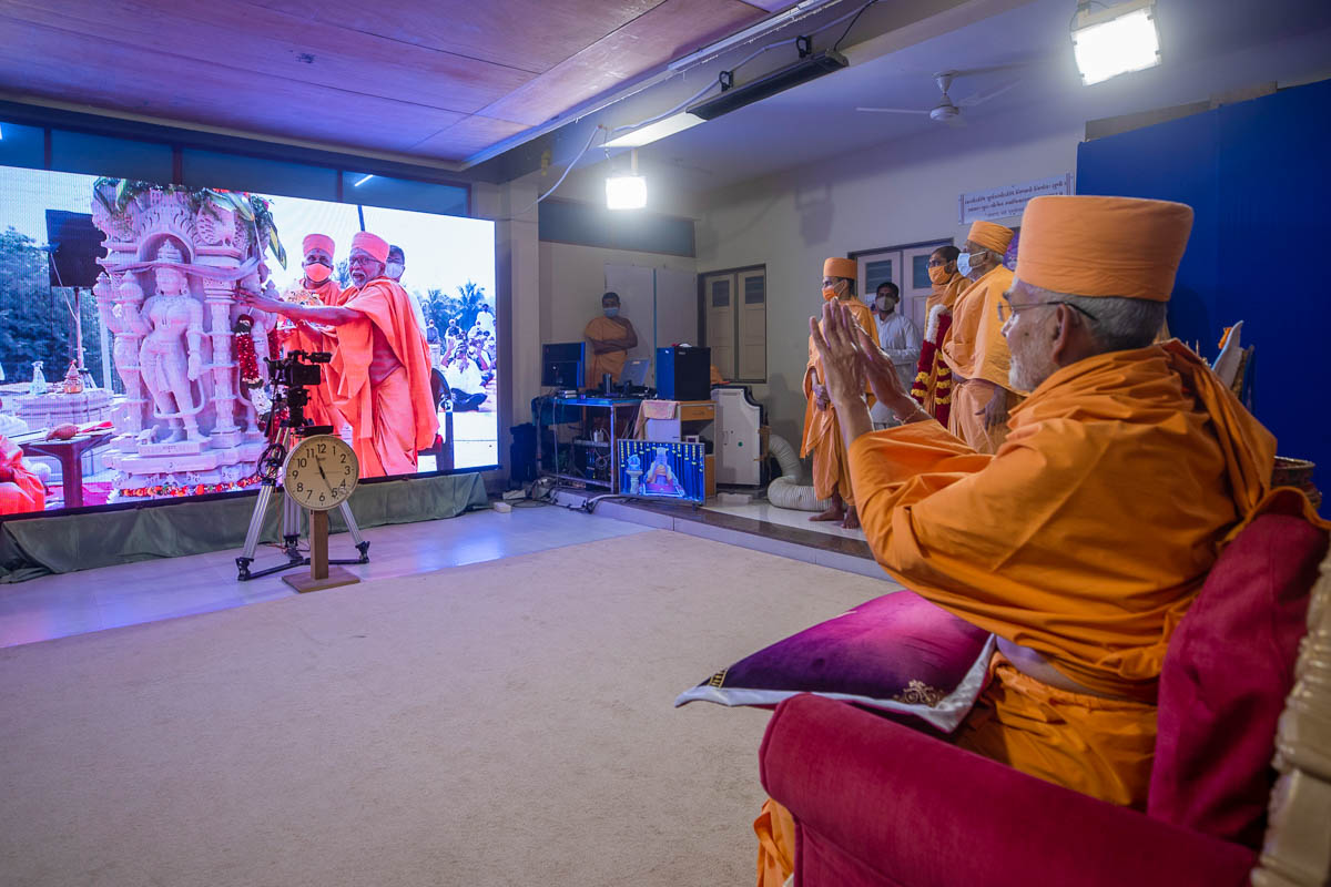 Swamishri participates in the placement of the first carved pillar