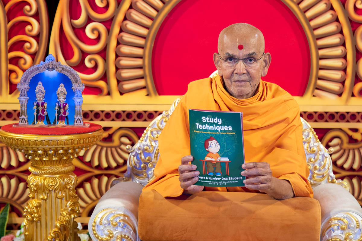 Swamishri inaugurates a new English print publication: 'Study Techniques'