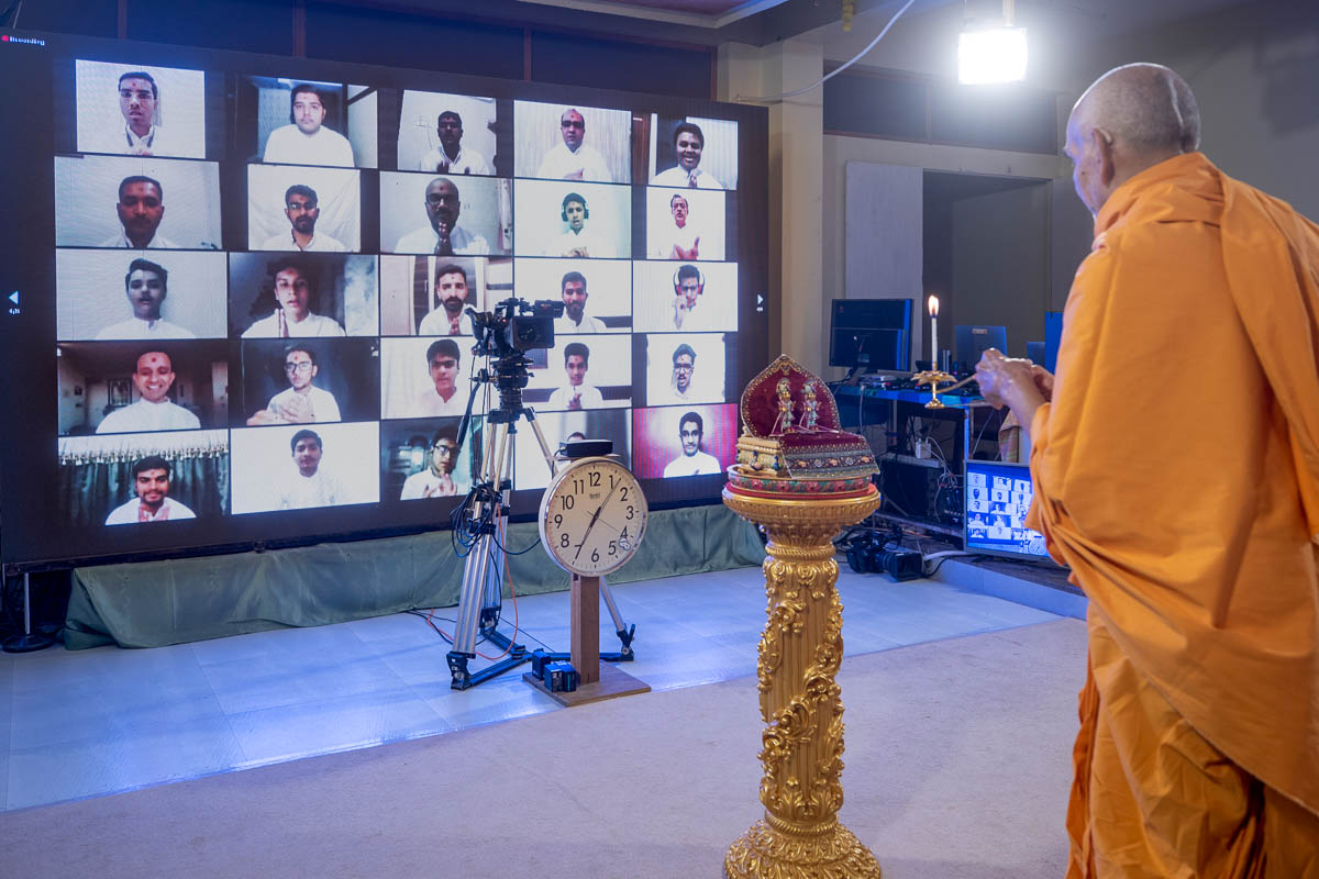 Satsang Diksha shastra mukhpath award winners doing darshan of Swamishri