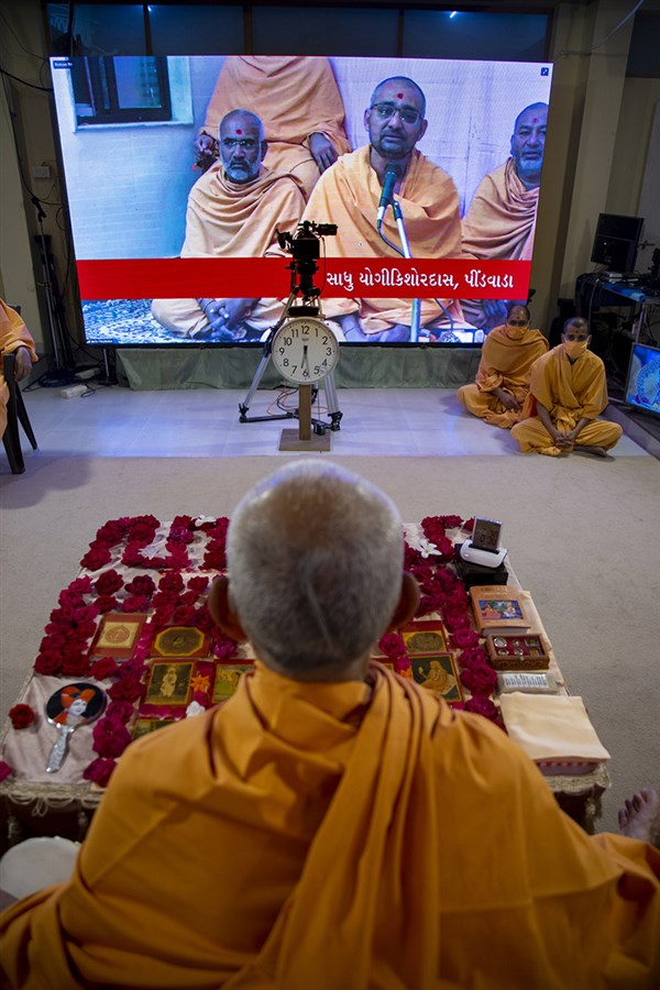 Sadhus sing kirtans via video conference from Pindwada