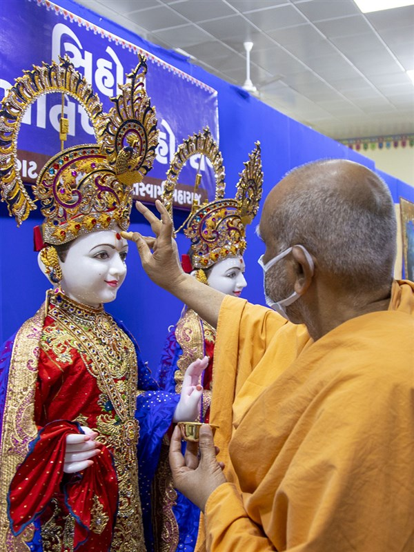 Atmaswarup Swami performs pujan of murtis