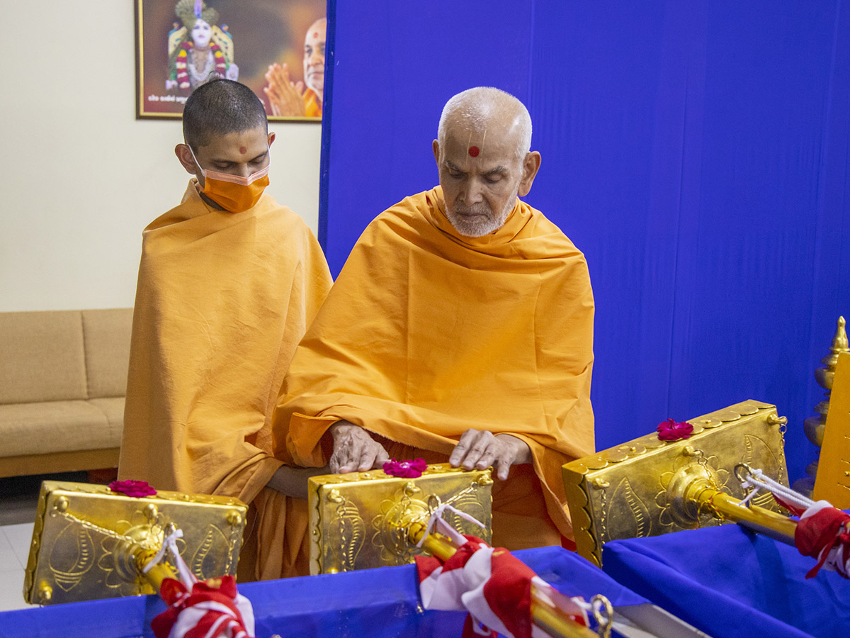 Swamishri sanctifies flagstaffs