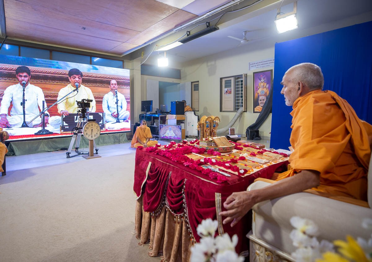 Youths sing kirtans via video conference from Mumbai Mandir