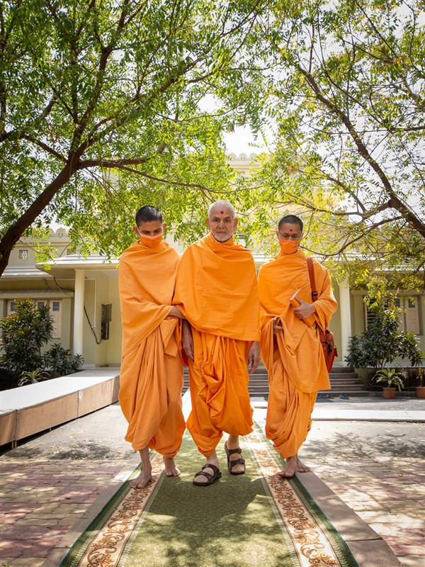 Swamishri on his way to the afternoon assembly