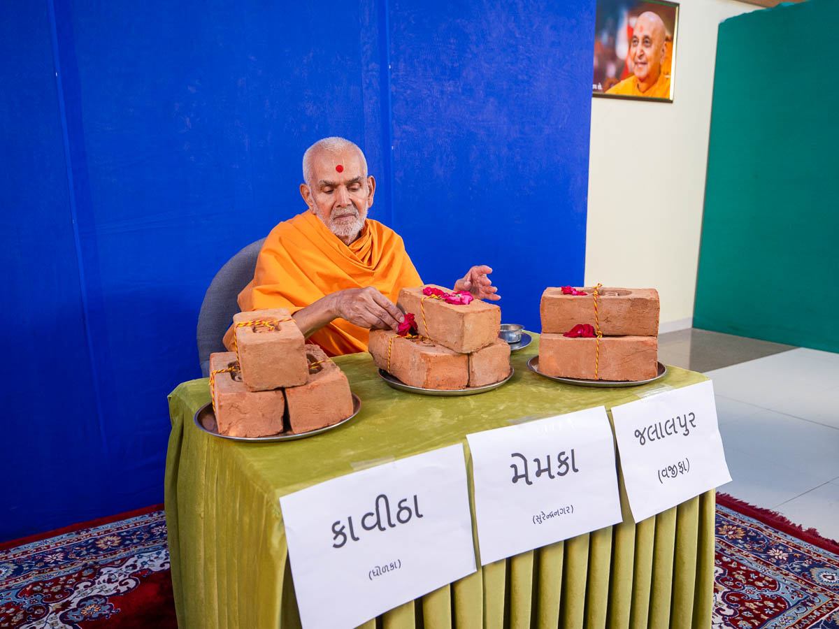 Swamishri sanctifies bricks