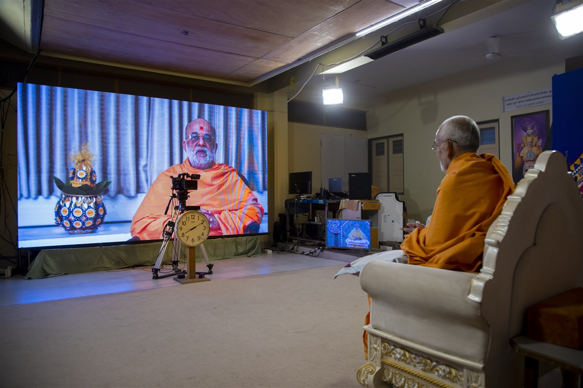 Vishwaswarup Swami addresses the assembly
