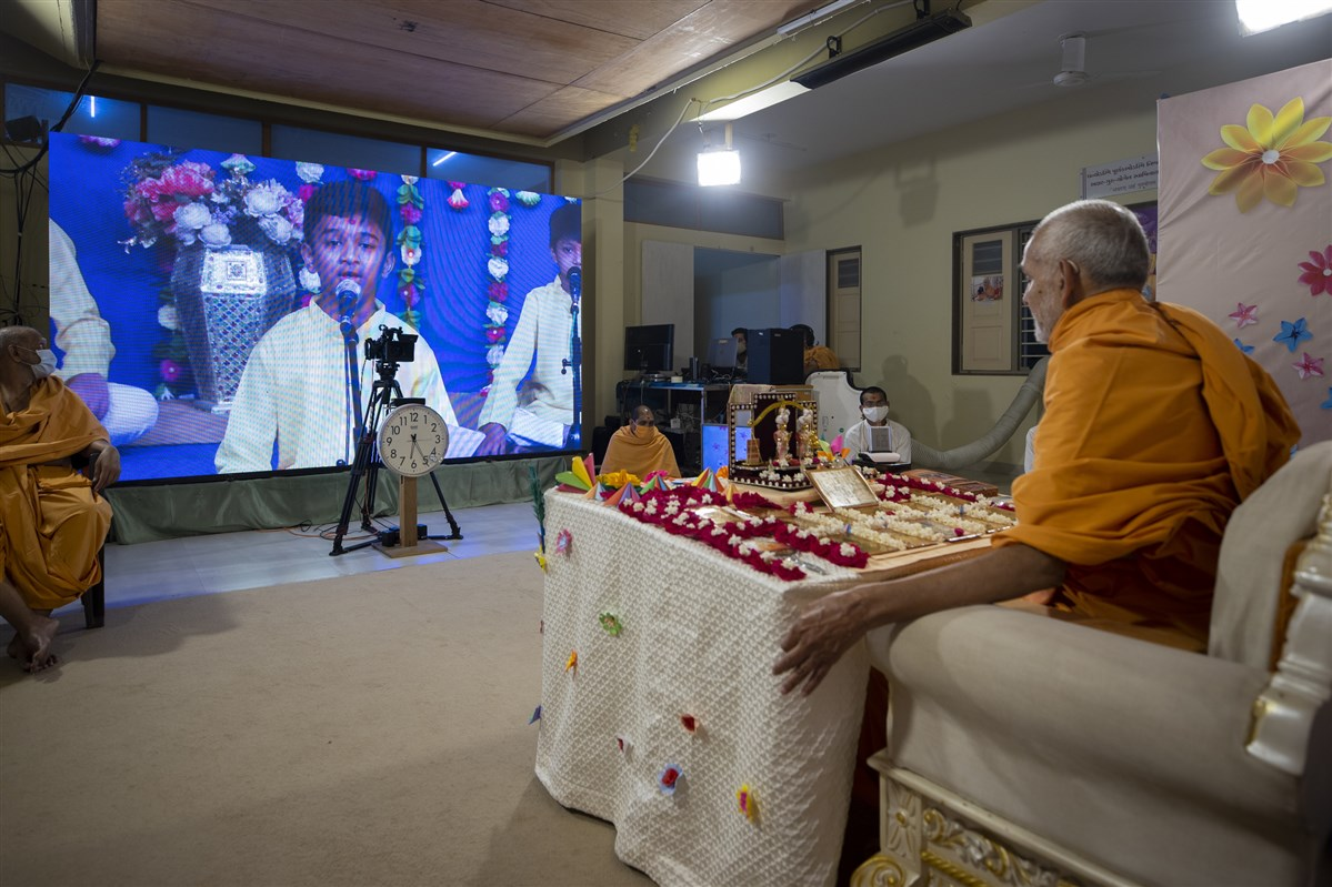 Balaks sing kirtans via video conference from Sarangpur Mandir