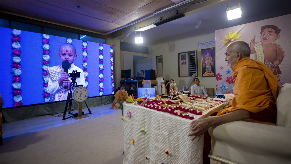 A balak recites Satsang Diksha shloks before Swamishri