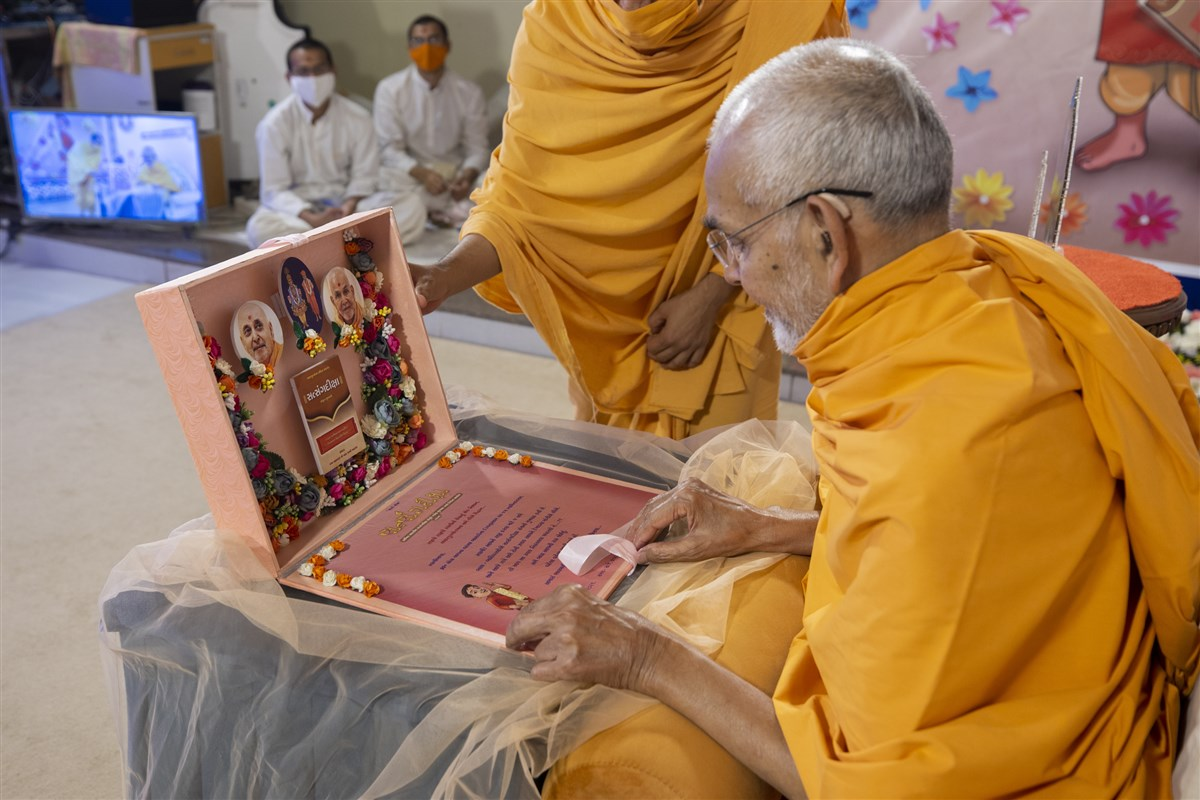 Swamishri observes the invitation card