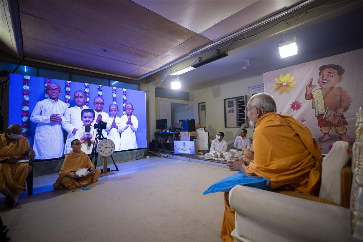 Balaks interact with Swamishri