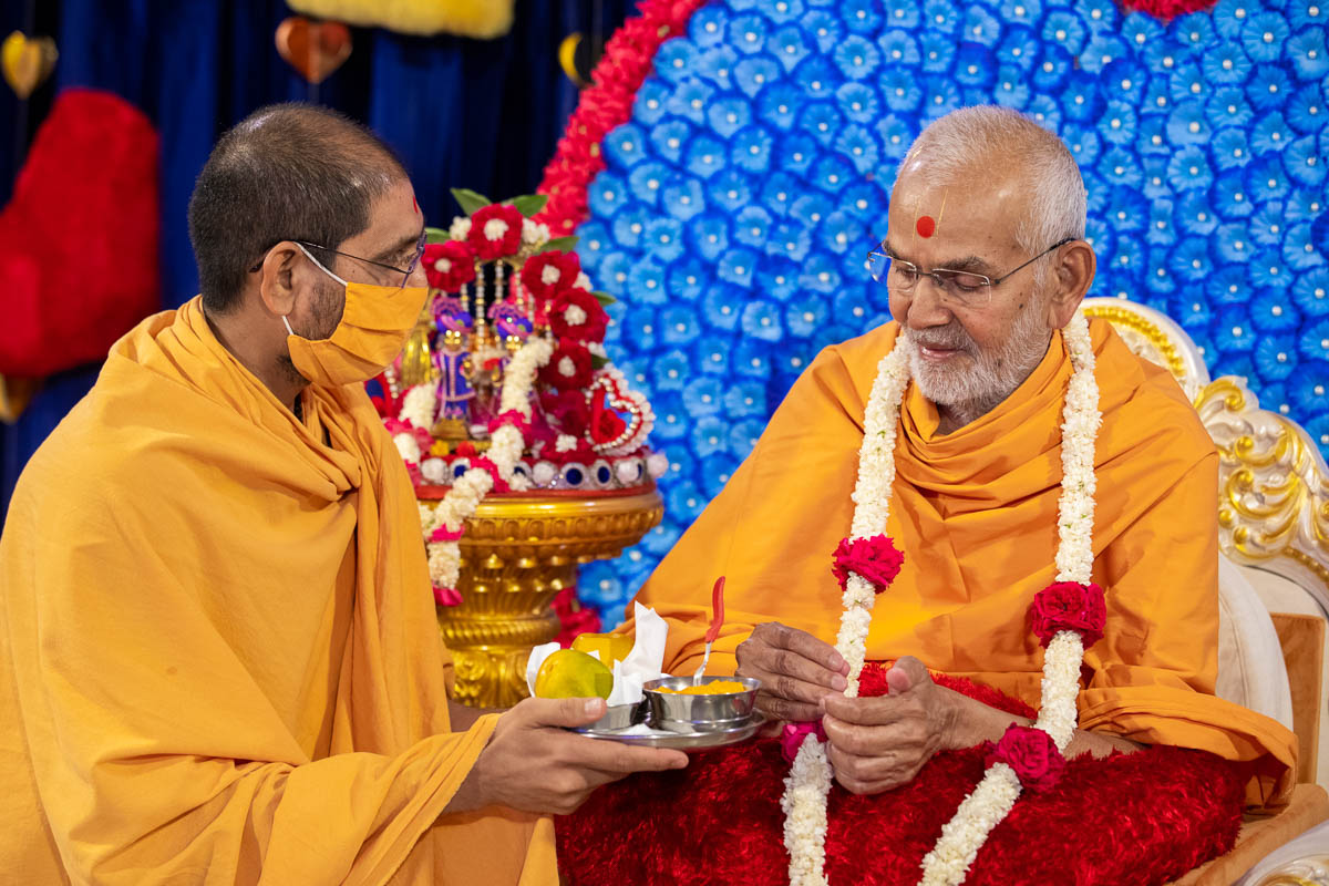 Mangoes offered to Swamishri