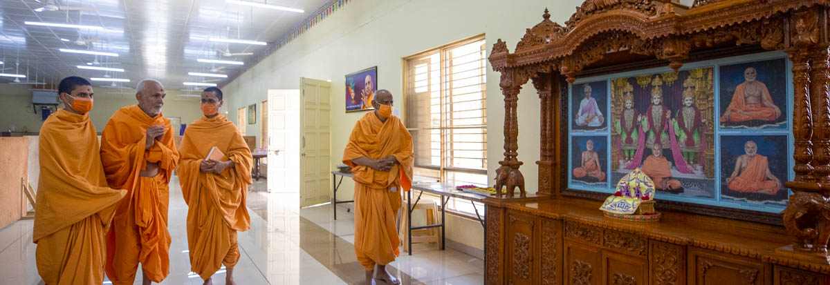 Swamishri engrossed in darshan of Thakorji in the dining hall