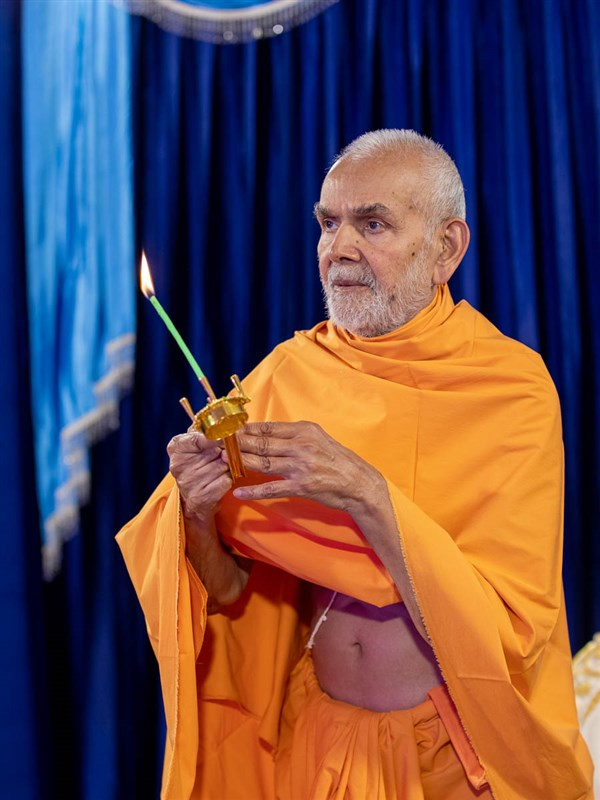Param Pujya Mahant Swami Maharaj performs the morning arti